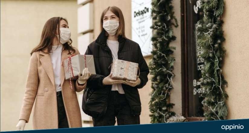 Appinio Corona Studie_zwei Frauen mit Maske mit Weihnachstgeschenken