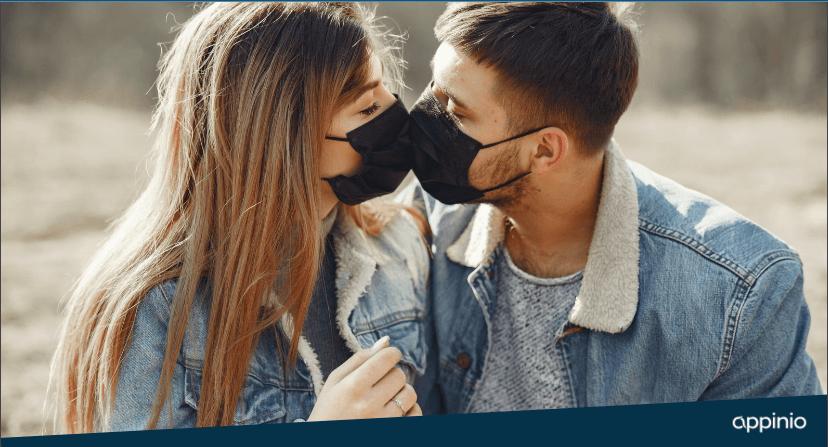 Küssendes Paar mit Maske
